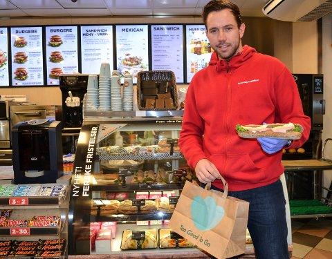VINN-VINN: Fredrik Aleksandersen på Circle K-stasjonen på Rundtom ser bare fordeler med ordningen. Han slipper å kaste maten, det er bra for miljøet og  kundene kan nyte godsaker for en billig penge.