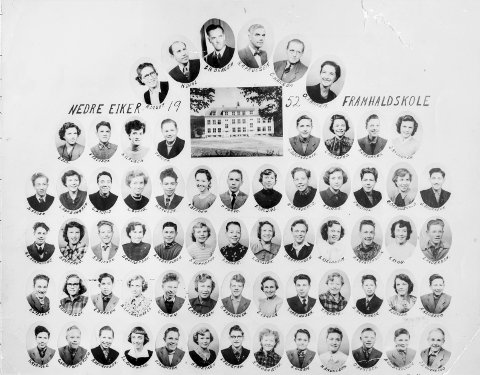 Skoleelever: Elever på framhaldsskolen i Nedre Eiker i 1952. Framhaldsskolen holdt til i den gamle Steinbergskolen. Bildet er utlånt av Hans Jørgen Nilsen