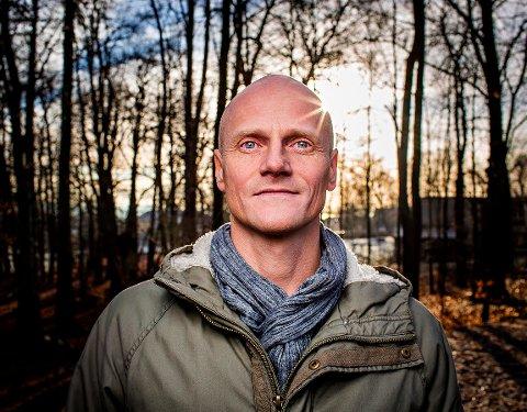NY BOK: Stian Hole (51) er fra Lerberg, Hokksund. Nå er han aktuell med den vakre bildeboken Klovnen som rett og slett ikke var særlig morsom, som er resultatet av et vellykket dansk-norsk samarbeid.