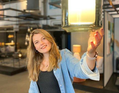 MIDT I SMØRAUGET: Britte Mannaart seier det kjendest som ein siger då ho fekk vite at ho hadde fått jobben som teknisk teiknar for belysning på Hadeland Glassverk.