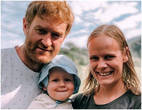 FLYTTAR HEIM: Miriam Søgnen Haugsbø (34) tek med familien og flyttar heim til ny jobb i Norec. Sambuaren Sigurd Siem (38) tek med seg sin departementsjobb til Sunnfjord. Her saman med eldstemann Sverre.