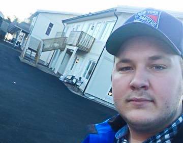 Kasper Nilsen er oppgitt over at det er umulig å få bredbånd til leiligheten hans på Rød i Asmaløy.