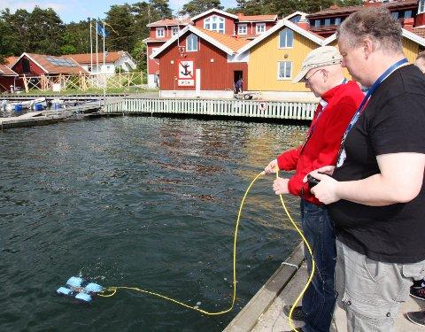 PRØVE-DYLL: Yngve Ellingsen og Roger Eide fra Inspiria på Grålum prøver her undervannsdronen på Tjärnö i sommer, der også en representant for svenske Innovatum Trollhättan var med.