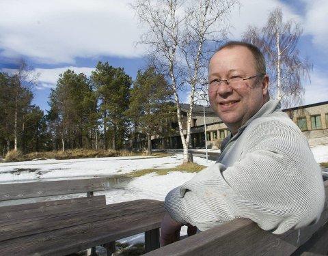 Faglærer Johnny Kristansen måtte akseptere at musikkundervisningen ble nedlagt på Solhaugen og flyttet til Frydenlund. Nå vil Nordland fylkeskommune legge ned også det tilbudet.  - Om så skjer, vil jeg bli skuffet, sier han.