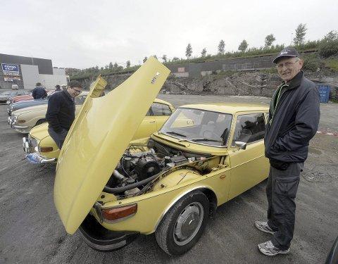 HELT ORGINAL: Dete er Trond Fjeldbergs 1973-modell Saab 99. Alt er orginalt. Det har aldri vært tatt motorvask på den, men så har den aldri vært kjørt om vinteren. Dessuten blir den nå bare brukt når eieren skal på treff - eller når det er godt vær. Legg merke til hjorteviltskremmeren som bileieren har montert på støtfanferen (bildet innfelt). Den lager en høyfrekvent lyd som skal skremme elg og hjort fra veien. Eieren hever de virker.Alle foto: Frode Danilesen