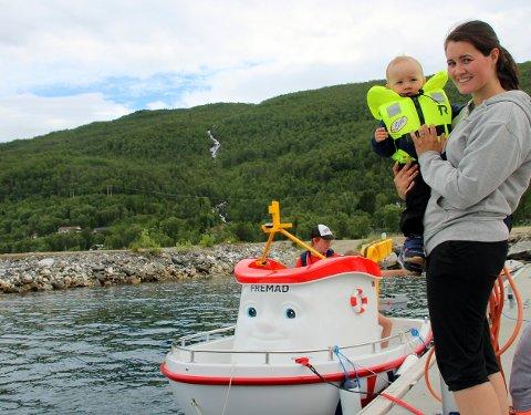STOR STAS: Kristine Josefine Mäkitalo og sønnen Tidemann syns det var stas å få hilse på Elias. - Dette er en flott måte å lære barn sjøvett på, sier hun, og tilføyer at de gjerne kommer tilbake når Tidemann er blitt stor nok til å få kjøre båten selv.
