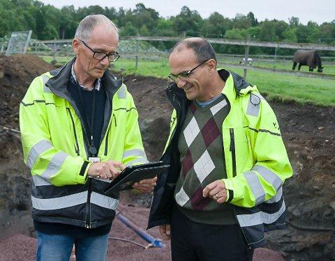 ORDEN: Tore Kristiansen (t.v.) og Adem Mujaric I Horten kommunes tekniske avdeling holder styr på alt som ligger og skal legges i bakken som rør i Horten kommune.