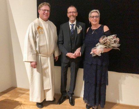 FØRSTE BRUDEPAR PÅ OSLO LUFTHAVN: Kolbjørn Engebråten og Mona Lerdahl fra Oppstad ble gift grytidlig mandag. Lufthavnprest Torbjørn Olsen foretok vielsen.