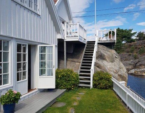 IDYLL: Hytta ligger idyllisk til ved vannkanten til Hexebergsundet på den nord-østre delen av Skåtøy.