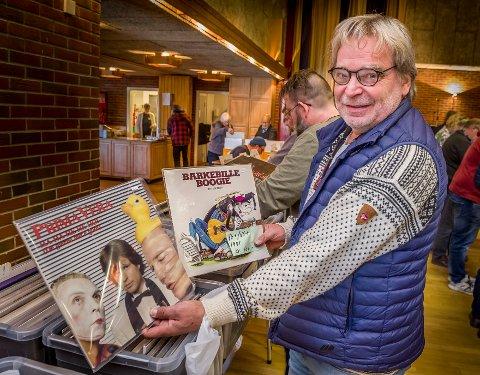 MINNER: Magne Finsrud fra Finsrud i Eidskog jakter på plater han spilte da han var yngre. Selv om han har dem på CD så vil han nå ha vinylutgaver i og med han har kjøpt seg platespiller.
