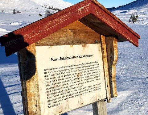 Minnetavle over Kari Jakobsdotter Kirstihagen ved Jettjøynn på fjellet mellom Dovre og Vågå *** Local Caption *** Minnetavla fortel i stuttedrag historia om Kari Jakobsdotter Kirstihagen. Steinrøysa er for tida godt gøymt under snøen.