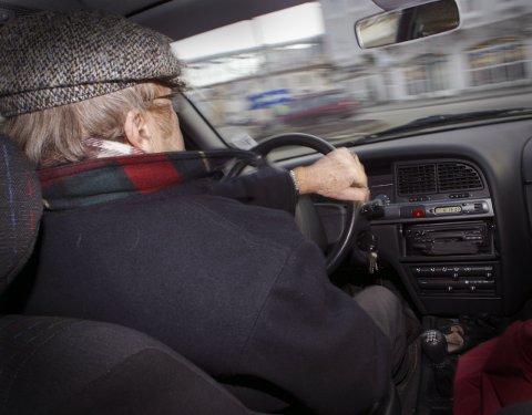 ENDRING: Ap vil skrote ordningen som betyr at alle bilførere over 75 år må innom fastlegen for testing for å beholde førerkortet.Foto: NTB/Scanpix