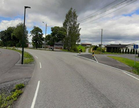 Til venstre ser man gangvegen langs Grindvollinna. Til høyre ligger trafikkøya og gangveg som fører videre til Kjørkevegen.