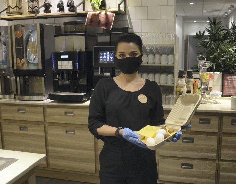 LIKER IKKE Å KASTE: Appen «Too good to go» blir stadig mer populær og Hotel Astoria er et av stedene du kan redde er måltid fra søpla. Det er en ordning Fakiha Mirza er veldig glad for å kunne tilby. FOTO: Frank Morgan Bakken