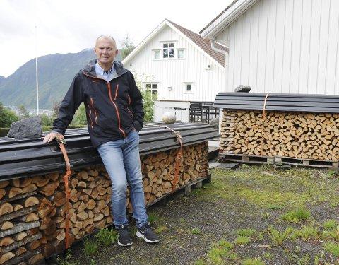 VAKKERT OG RIKELIG: Arild Tokle lager ikke mønster, men han setter sin ære i å stable bjørkeveden fint. Det viktigste er å sanke selv, og ligge i forkant, gjerne med ved for to, tre vintrer. Foto: Tor Martin Leines Nordaas