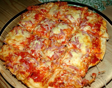 PIZZA: Ferdigpizza kan ikke konkurrere med den hjemmelagde, slik Henrik Sverke Rønningsen (9) lager den.