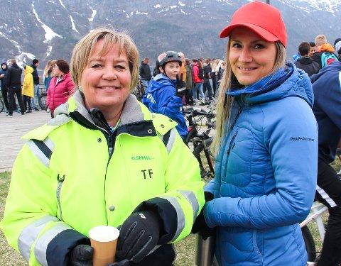 Toril Forsmo fra SHMIL (t.v)  og Ida Storsve fra Kippermoen ungdomsskole administrerte søppelveiinga.