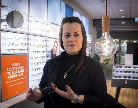 PÅ PLASS: Beate Sjåstad er fornøyd med Synsams nye innredning og lokalitet.