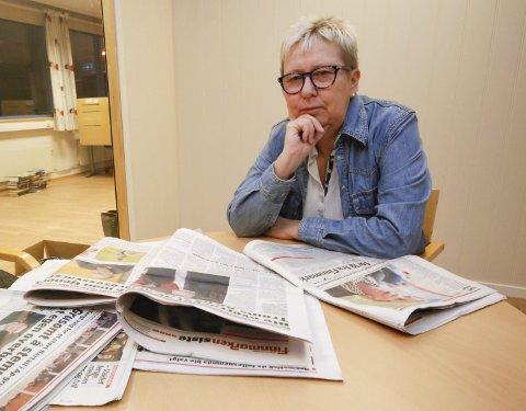 MÅ REFORHANDLES: Styremedlem Wenche Pedersen i Finnmark Ap vil slåss for at den omstridte avtalen med Troms Ap, må reforhandles. Her med noen av de mange oppslagene om striden internt i Finnmark Ap.