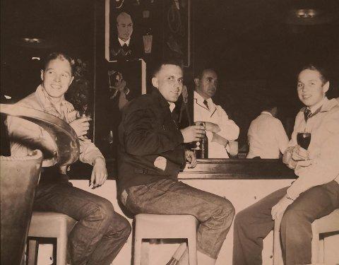 PÅ BAR I NEW YORK: Året er 1957. Harald Sivertsen (til høyre) er 17 år og har gått i land med kameratene til venstre i bildet. Alle jobbet på samme tankskip. Nå, over 60 år seinere, håper han å få kontakt med vennene sine.