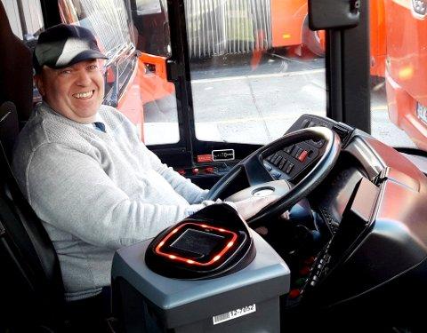 BUSSJÅFØR: Jan Vidar Stenhaug fra Sundbyfoss har tidligere kjørt buss for VKT og er nå ansatt i Unibuss.