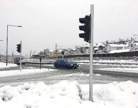 KLARE TIL DYST: Trafikklysene i krysset Gamle Gomsrudvei og Gomsrudveien er montert.