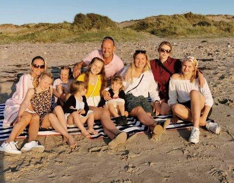 Henrik Stjer har mange kvinner i sitt liv; mor, svigermor, kone, seks barn og to tvillingbarnebarn