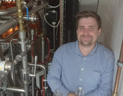 Lars Andreas Madsen driver ginfestivalen for egen maskin.