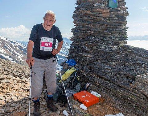 PÅ TOPPEN: Slik feiret Anton Hanssen 90-årsdag: Med å gå en fjelltur på 12 timer. Fra arrangørene av Lyngenfjord Skyrace hadde han fått utdelt løpsnummer 90, selvfølgelig.