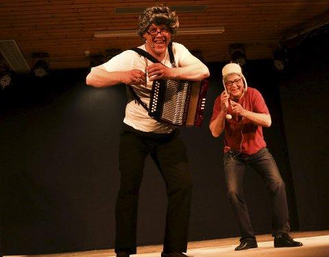 KNEKKEBRØDRAP: Revysjef Jarle Heiene sammen med Greg Hansebakken hadde en kostelig rap med akkompagnement av knekkebrød og torader.Foto: Geir Norling