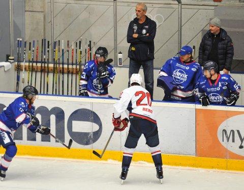 TÅLMODIGHET: Yngstemann Mads Thorvaldsen Heidenberg (til venstre i innbytterboksen) gjør alt han kan for å støtte medspillerne selv om han ikke er mye på isen. Pappa Ketil (bak til høyre) er assistenttrener.