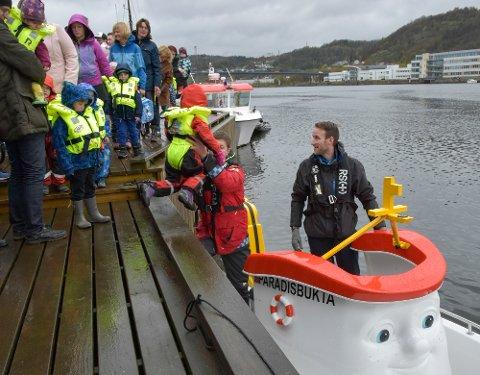 Eliasbåten var attraksjon. Mange fikk seg en tur på elva.