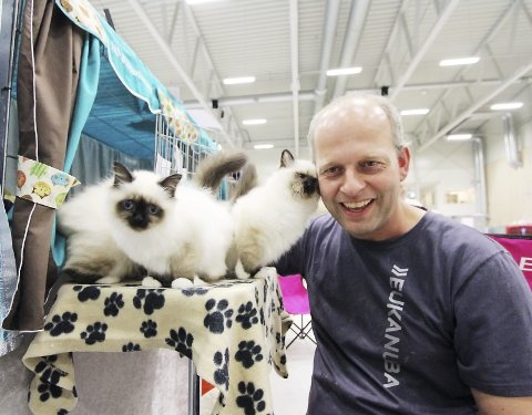 Katteutstilling: 14.–15. oktober arrangeres det på nytt katteutstilling i Rakkestadhallen. Her er Jan Stalder sammen med Hellig Birma. Arkivfoto