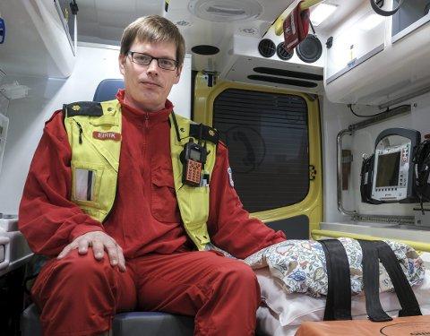 FÆRRE ULYKKER: Ambulansefagarbeider Eirik Østlund ved ambulansetjenesten i Rana er glad for at det blir lengre mellom de alvorlige trafikkulykkene. I fjor ble tre drept og seks hardt skadet i trafikken i Rana. I fylket totalt var det ni som omkom. Foto: Øyvind Bratt