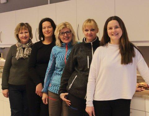 God trivsel: Trivsel på arbeidsplassen er hovedingrediens for lavt sykefravær sier de ansatte i Bjørkebo barnehage. Daglig leder Randi Nytrøen (fra venstre), Mona Jorde Olsen, Berit Skaugen, Mai Edvardsen og Anja Grøneng koser seg sammen på jobb.