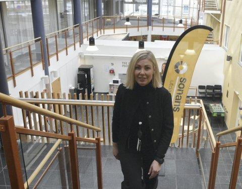 TROR PÅ VEKST: Siw Sandberg Holter ble ansatt som rektor på Sonans Hamar i januar og 43-åringen ser et stort potensial for vekst for privatskolen. – Med tanke på antall videregående skoler i Innlandet bør det være mulig å øke antall studenter her ganske kraftig, sier hun. Dette skoleåret er det 160 studenter på Sonans i Hamar.