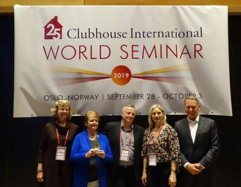 MANGE FIKK DELTA: Medlem av Fontenehuset Hønefoss, Knut Stubben i midten, med mottaker av Rudyard n. Propst pris, Gro Harlem BrundTland og andre deltakere på Verdenskonferansen for psykisk helse.