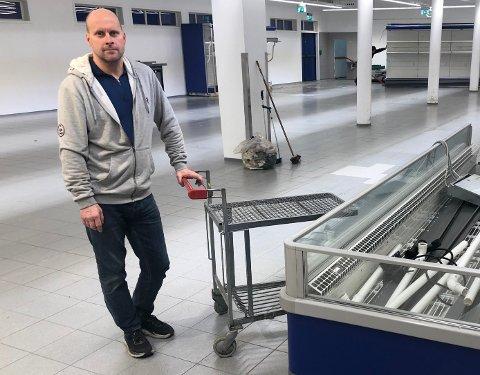 ENDELIG: Nå er Rema-kjøpmann Geir Ante Stepanenko klar for å innrede ny butikk. Her tømmer han lokalene i Osloveien.