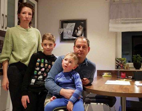 SLITER: Diana Seget og Jörg Müller trives godt i Borgergrenda, men sliter med å få endene til å møtes. Her med  barna Fritz (4) og Felix (9).