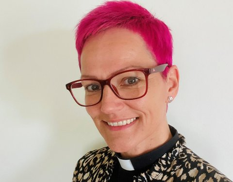 ROSA PREST: Lena Ros Matthiasdottir holdt løftet sitt overfor konfirmantene. Dermed ble håret rosa!