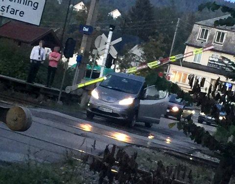 Uhell: Bommen har gått ned og truffet bilen til en som trodde han skulle rekke over før bommen gikk ned.