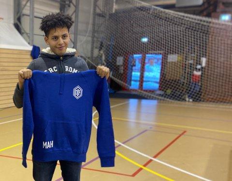 OVERRASKET. Det var ikke bare en DIF-genser Mustafa Hasan fikk av Dikemark Idrettsforening, da han kom for å snakke om musikk karrieren og sitt tidligere medlemskap i klubben.