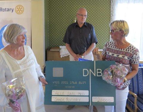 Får penger: Per Kveen fra Rotary deler ut sjekk på 20.000 kroner til Tove Teien og Aud Gunnestad.