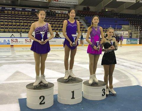 STEVNE: Sarpsborg Skøyteklubb gjorde det bra i sitt stevne på hjemmebane. Lily Troung kom på 3.plass og Mia Røstad på 4.plass i klassen Debs. Foto: Privat