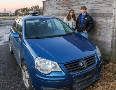 Noomi Larsen (t.v.) og Kevin MacNeill Granskogli (18) er lykkelige over at bilen de har lagt mye penger og arbeid i kom til rette etter kort tid, men håper at også registreringsskiltene og DAB-radioen kommer til rette igjen.