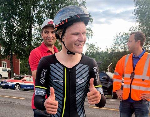 FORNØYD: Mandag syklet Trym Bjørner Westgaard Holther (16) 10 kilometer tempo på tiden 12:06. Det var på det tidspunktet ny norsk rekord for juniorer. Senere kom klassekamerat på NTG, Oskar Johansson, og slo tiden til Askim-gutten.
