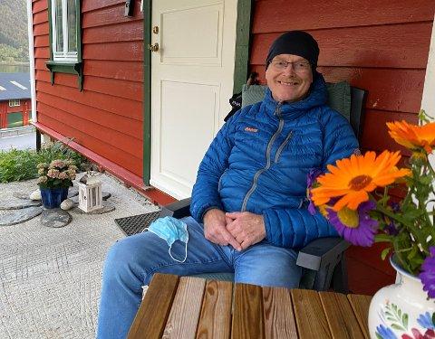 VENTETID: Her i heimen på Ytre Ese, der fjorden har tatt ein sving utatt frå Esebotn, samlar Kjetil Netland krefter slik at han på nytt skal bli frisk nok til å fungera som prest i Balestrand.