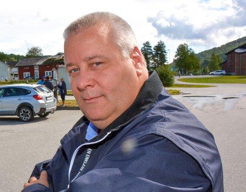 ASFALT: Bård Hoksrud (Frp) sier Telemark fylkeskommune hadde hatt råd til mer asfalt hvis de prioriterte bort kollektivtrafikk og biogassbusser.