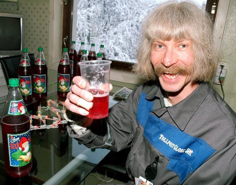 Bruselsker: Egil Fredriksen ble landskjent som Julebruskongen. Her er han foreviget med et glass Aass i Drammens Tidende i 2004. Foto: Jan Erik Søfteland