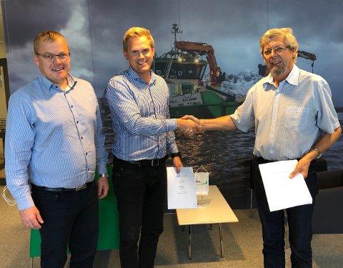 Daglig leder ved Sletta Verft AS, Kåre Sletta (til høyre), gleder seg over oppdraget fra FSV Group, her representert ved Endre Brekstad (teknisk sjef) og Arild Aasmyr (daglig leder).